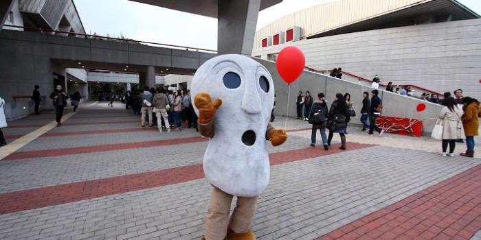 壱岐市のゆるキャラ「人面石くん」が、B'zライブ in 壱岐文化ホールに現れた!