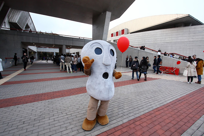 B'z壱岐文化ホール人面石くん赤い風船