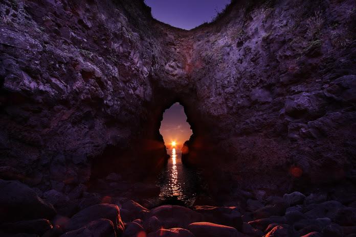 日本百名洞「鬼の足跡(牧崎公園)」の穴の底の夕日